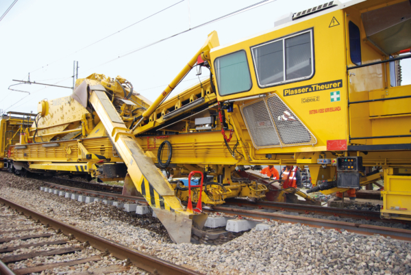 Positioned under the track grid, the excavating chain produces a precise cut of the formation.
