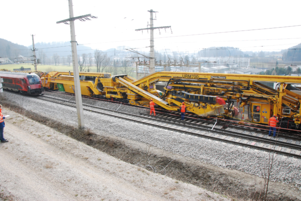 The all-rounder for ballast bed cleaning, the URM 700, during operation in Austria