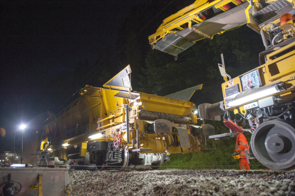 On/off-track material  conveyor and hopper units such as  the MFS40/4-AZW perfectly complement the versatile ZRM 350.
