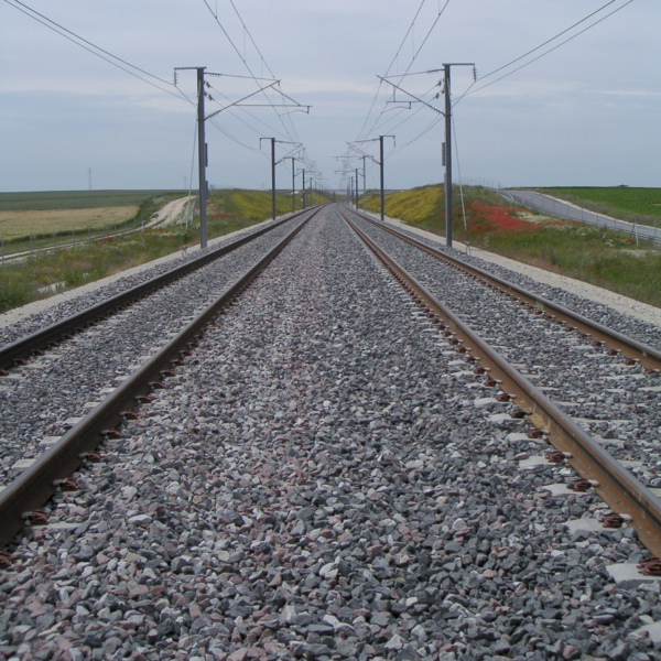 Depending on the track type and track spacing, it takes between 3,000 to 5,000 m3 of ballast to produce one kilometre of double-track line. Such quantities of ballast require optimised material resources and cost-efficient material handling.