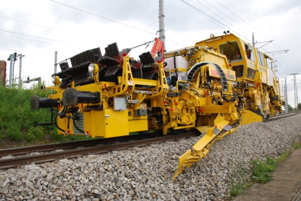 The one pass technology - USP 2005 SWS ballast profiling machine with 5 m³ hopper
