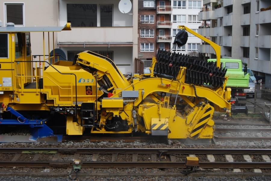 SSP110SW sweeper unit, steep conveyor belt and ballast hopper