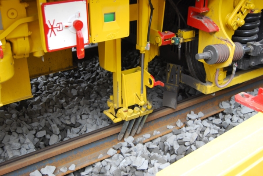 Rail fastening brushes