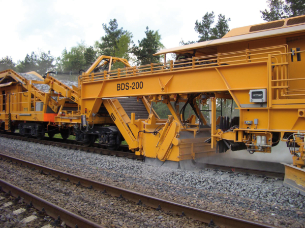 The most powerful design of the sweeper unit with a wide steep conveyor belt in the BDS ballast distribution system