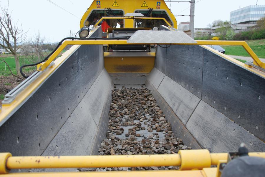 Ballast hopper with floor conveyor belt