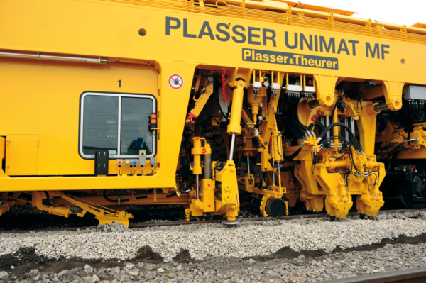 The six-axle Unimat MF in articulated design incorporates all major jobs on the track (measuring, lifting, levelling, lining, tamping, ploughing, sweeping, recording the track geometry).