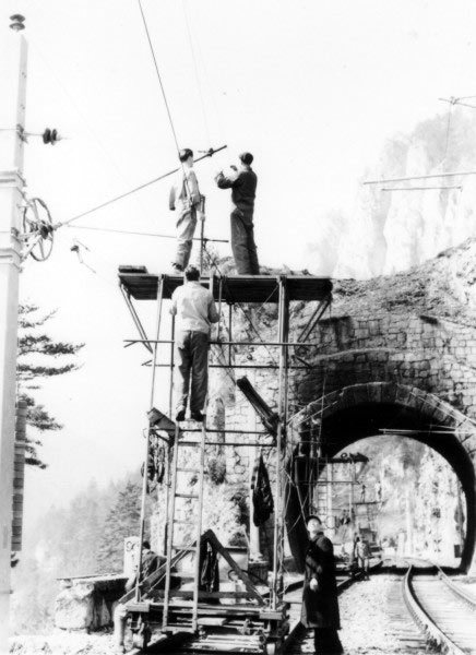 The assembly methods used in historic overhead line construction involved significant safety risks. Reaching a consistently high level of working quality was difficult.