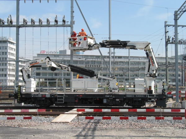 Versatile auxiliary vehicles with work platforms enable assembly works to be performed faster.