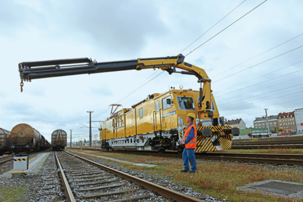 The safety device of the railway loading crane allows works to be performed under live catenary.