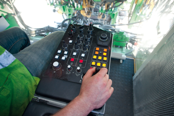 All switches relevant for the work process are positioned in the armrest of the seat. Alternatively, the touch panels can be operated via a display controller.